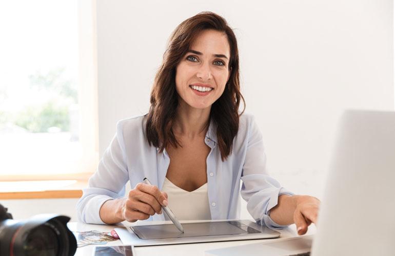 Mitarbeiterin profitiert von IT-Sicherheit am Tablet