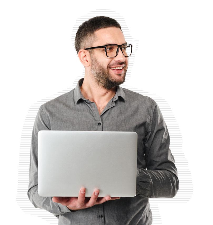 IT-Admin mit grauem Hemd und Laptop