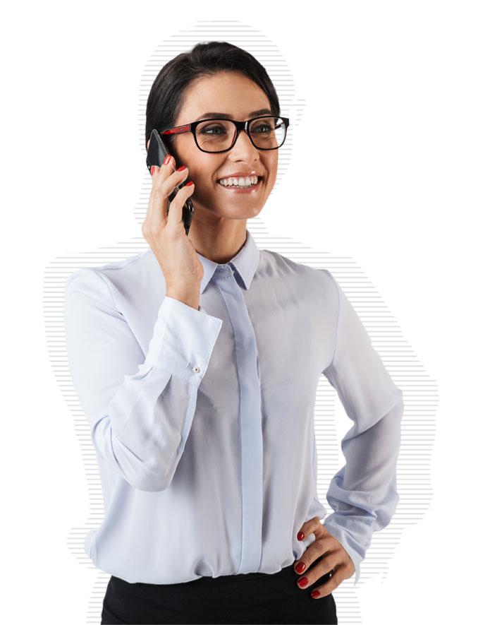 Mitarbeiterin genießt die Vorteile des Mobile Device Management von Deskcenter
