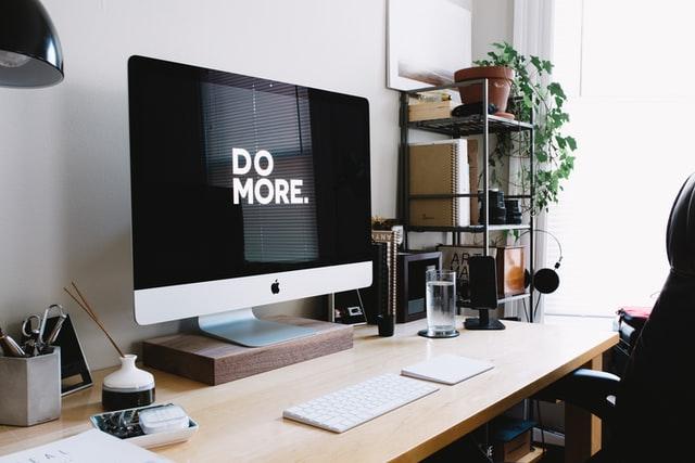 """auf dem Bildschirm steht """"Do more."""", nutze UEM"""