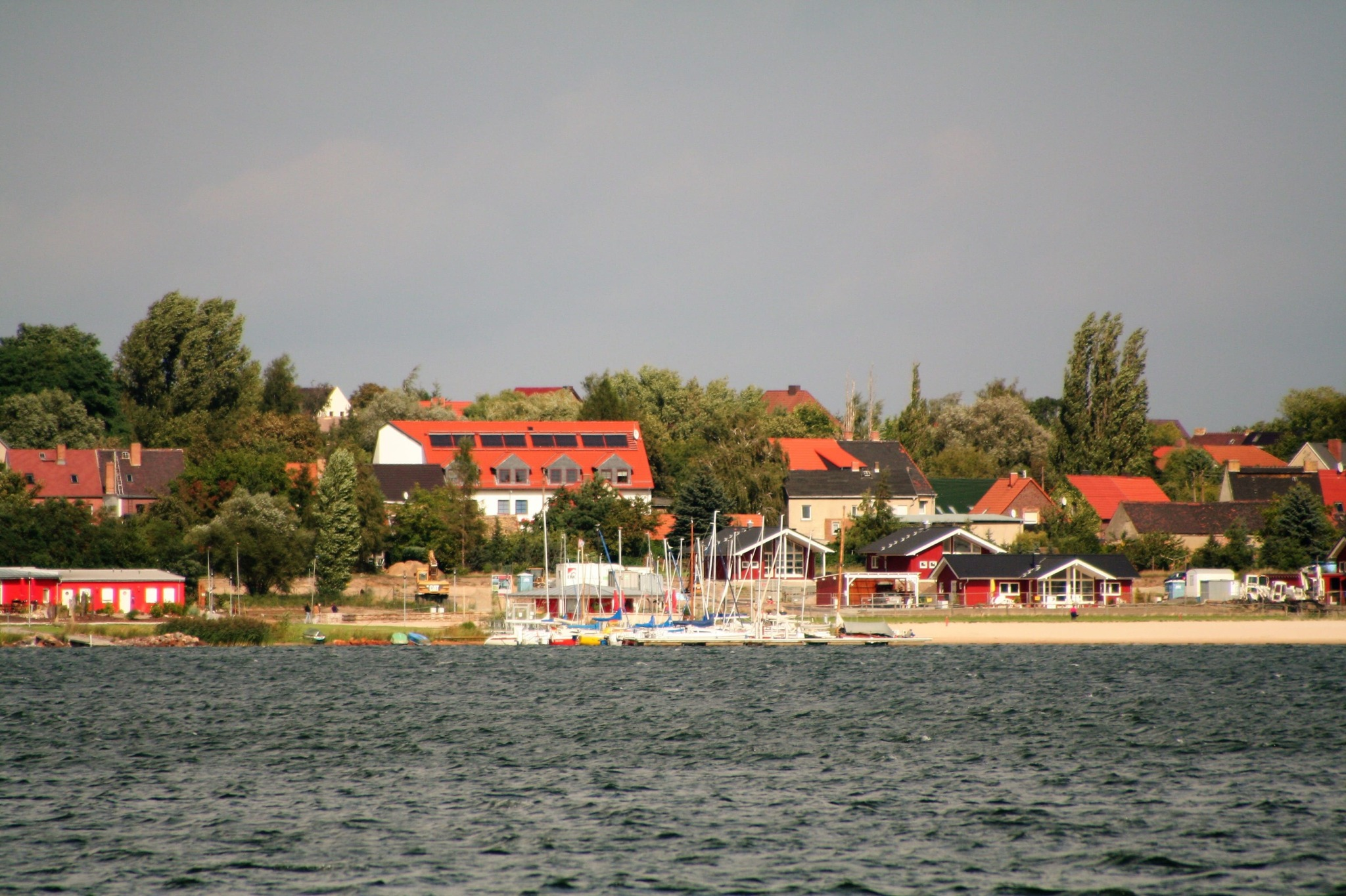 Gewässer mit Strand und Booten